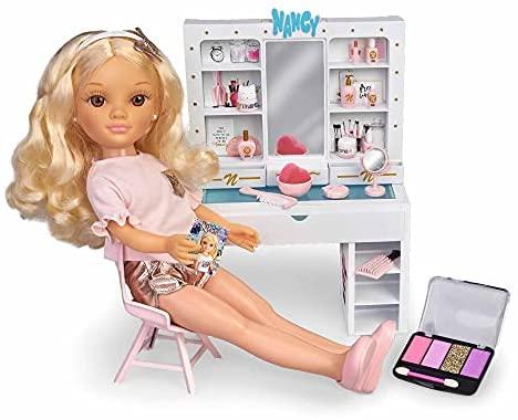 Nancy – Un día de belleza, muñeca de pelo rizado con un tocador de maquillaje y peinados, juego con accesorios y pegatinas para decorar, recomendado a partir de 3 años, FAMOSA (700015787)